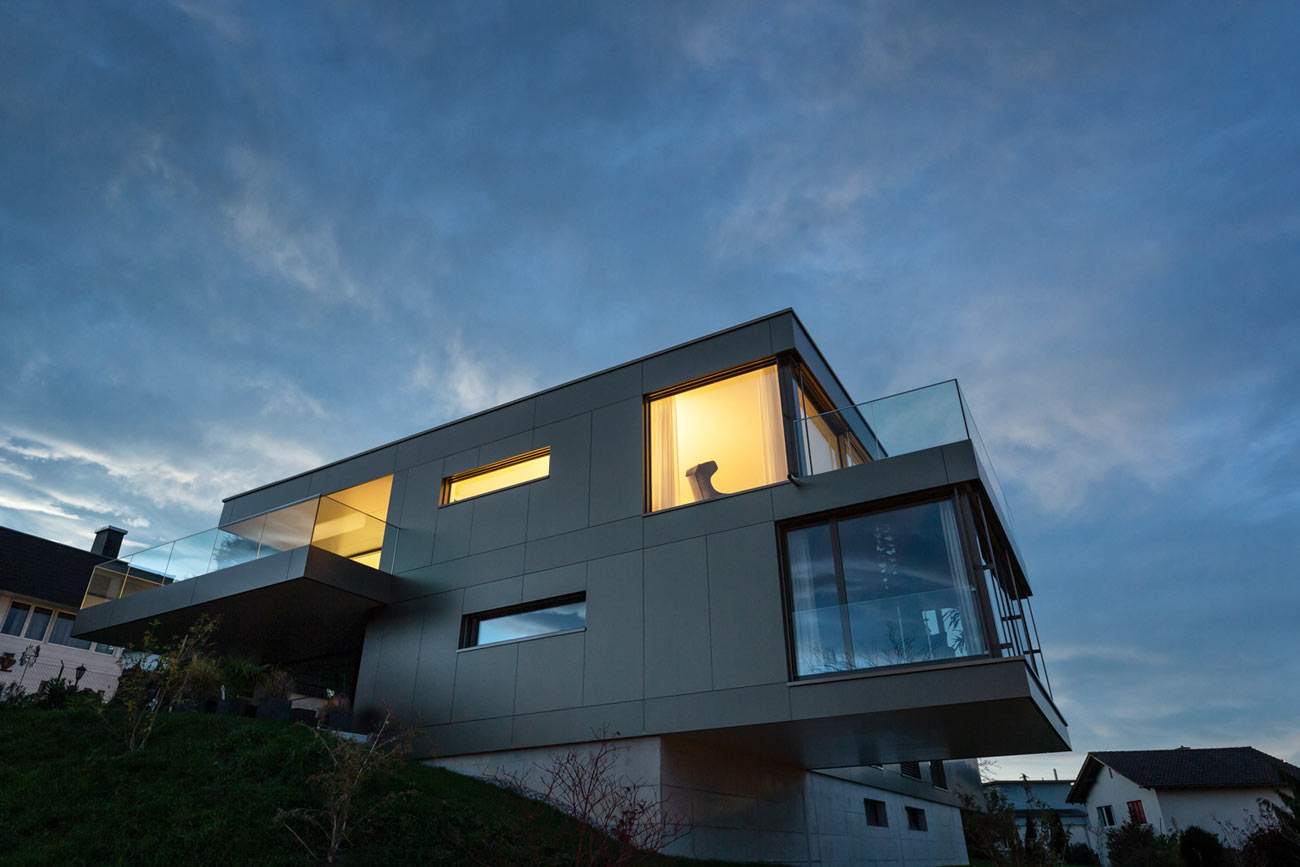 Neubau-Mehrfamilienhaus-Tuebach_Neubrunnstrasse-nacht-licht.jpg