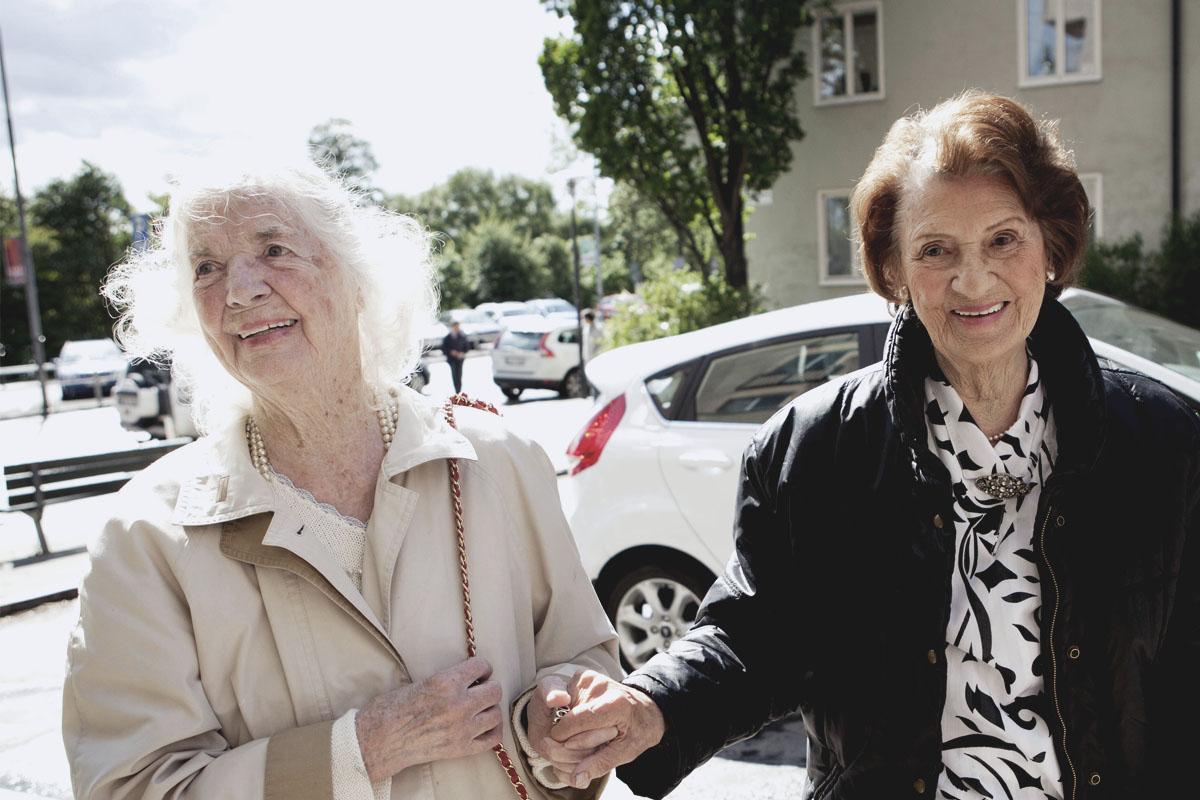 Chaufför - Som chaufför hjälper du till att skjutsa 2-3 av våra äldre gäster så att de kan delta på fikaträffen. Du erbjuder en stödjande arm och en liten pratstund på vägen dit och fikar sedan tillsammans hemma hos fikavärden. Åtagandet tar en söndagseftermiddag varje eller varannan månad i anspråk.Läs merAnmälan