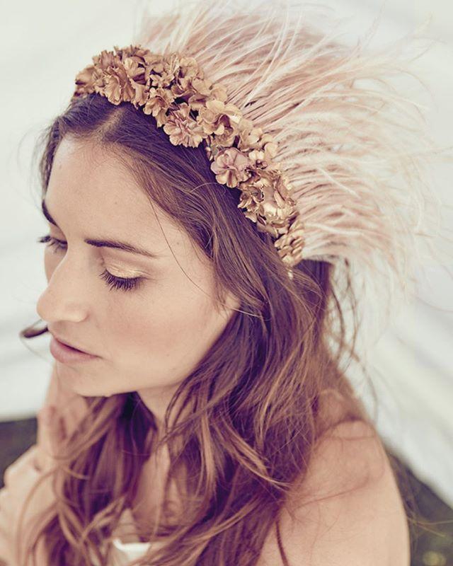 Real queens fix each other's crowns. La preciosa @laura_gamartiz con esta pedazo de diadema, Aretha de la colección #happysoul de @rebulldesign . Foto de @emesval y dir. creativa de @melaniarebulltrudel Vestido de @mariabaraza y tienda de campaña @tents_ctents . #lauraoceania #invitadaperfecta #invitadaboda #wedding #boda