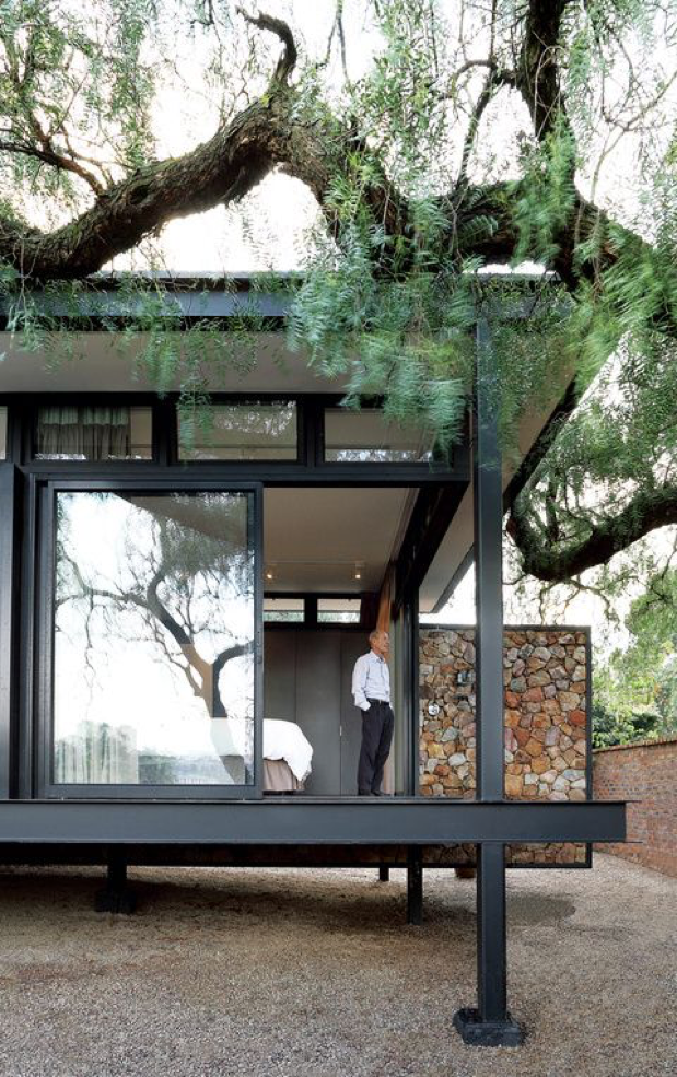 Foto: Elsa Young. Fonte:https://www.dwell.com/article/a-mies-van-der-rohe-inspired-cottage-in-johannesburg-c75c231f/6133448476123201536