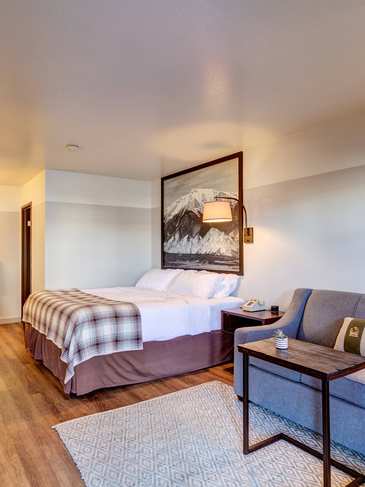 Salida king - Spacious ground floor non-smoking room with a king-sized Simmons Mattress bed and a queen-sized pull out sofa sleeper. Perfect for your romantic getaway or a family vacation.