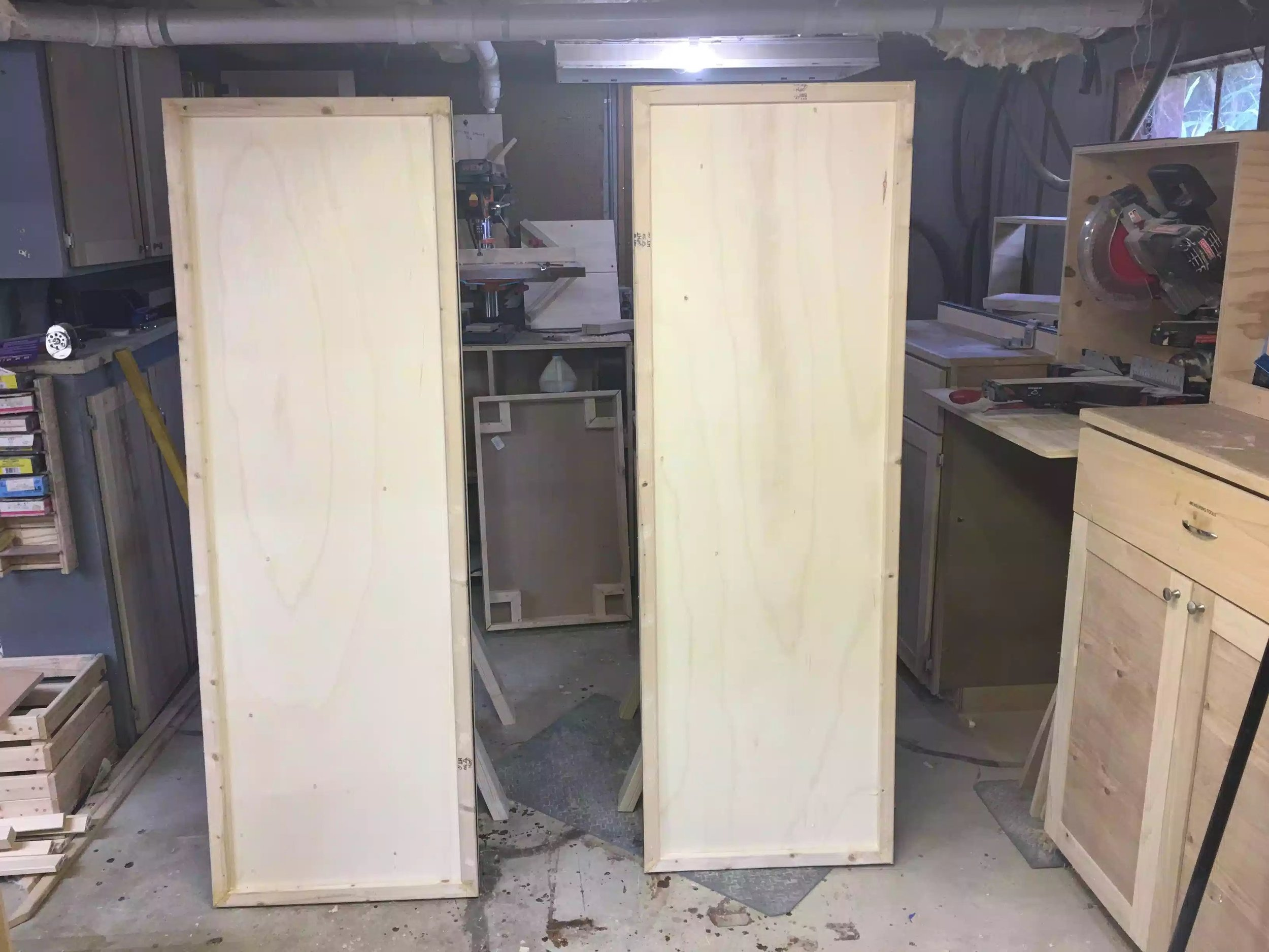 This is the back side og the panels, I will be adding chalkboard paint and corkboard, later in the project