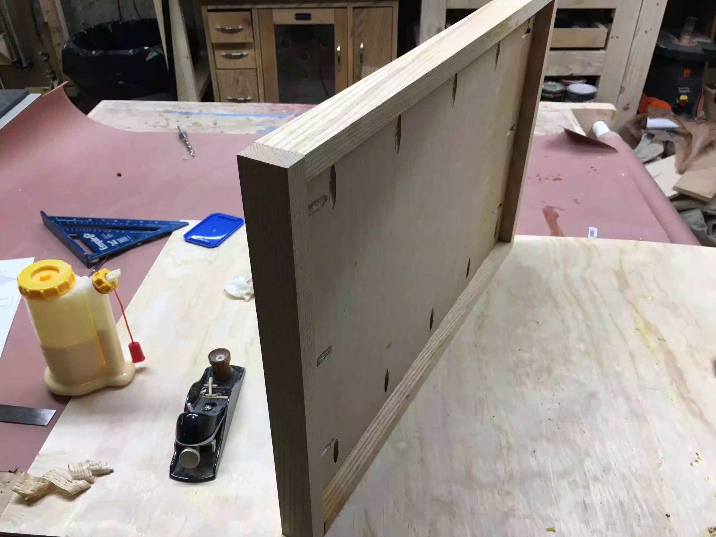 Here you see the under side of the top, the solid wood edges give the look that it is very thick, but its all an illusiion.
