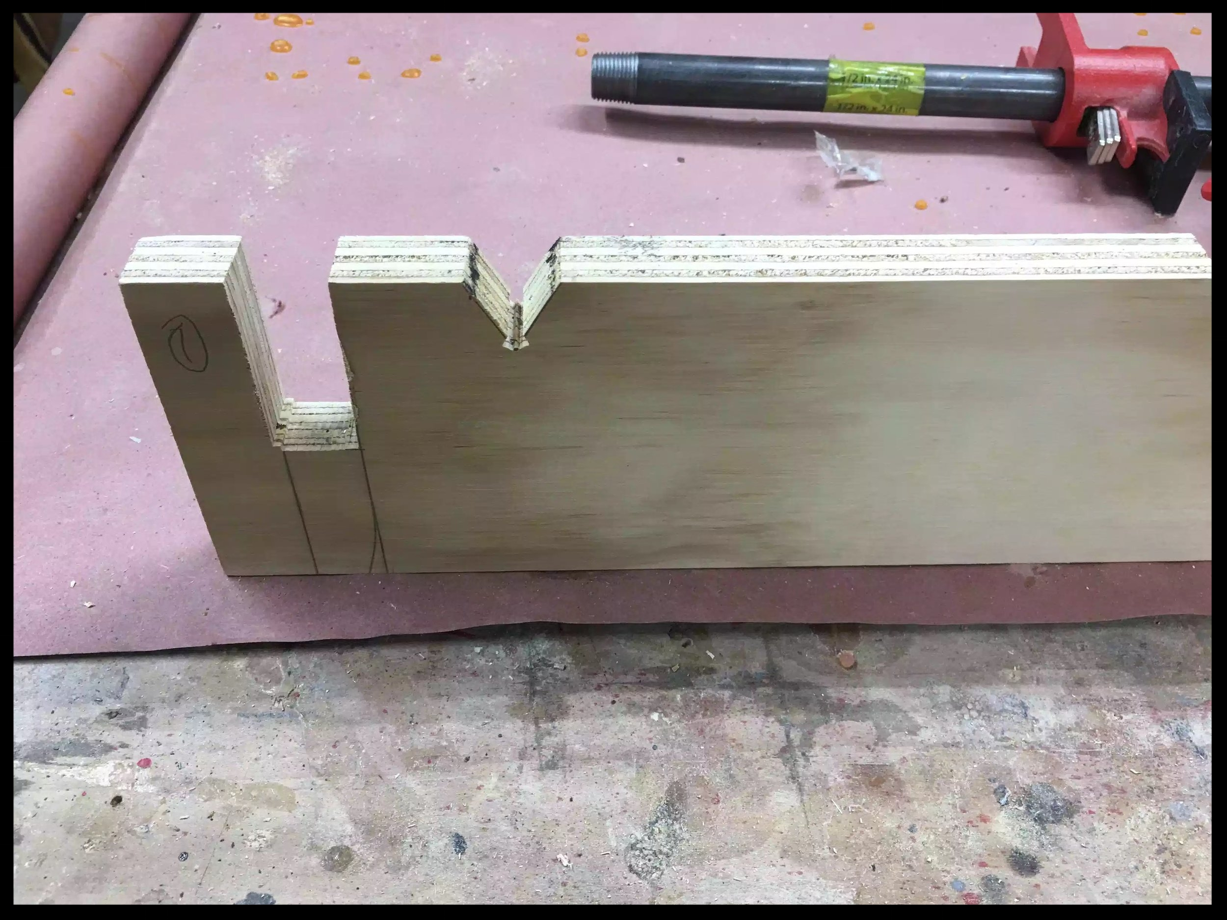 Here is a close-up of the half-lap on the front part of the jig, you can also see the V notched in