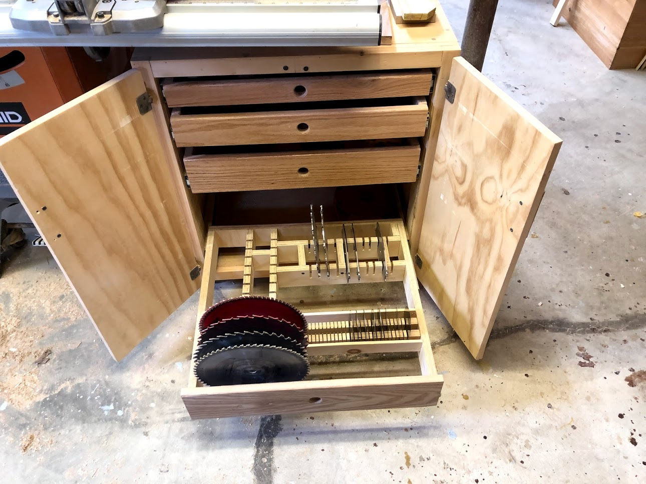 Here you can see my tablesaw accessories cart which contains all my saw blades and dado stack parts, if you would like to see more on that project  click here.