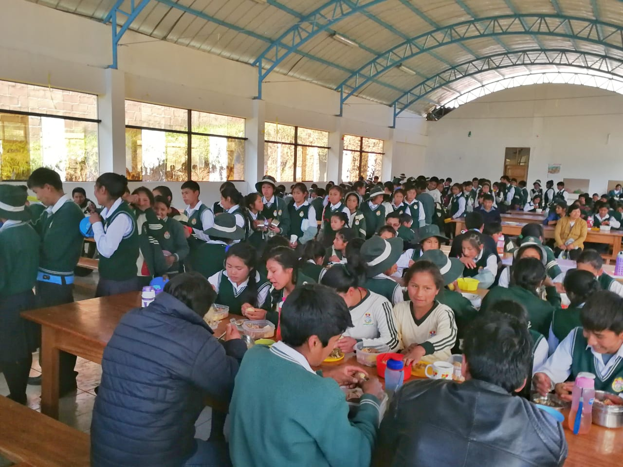 The young people enjoying their lunch in the Huanoquite secondary school