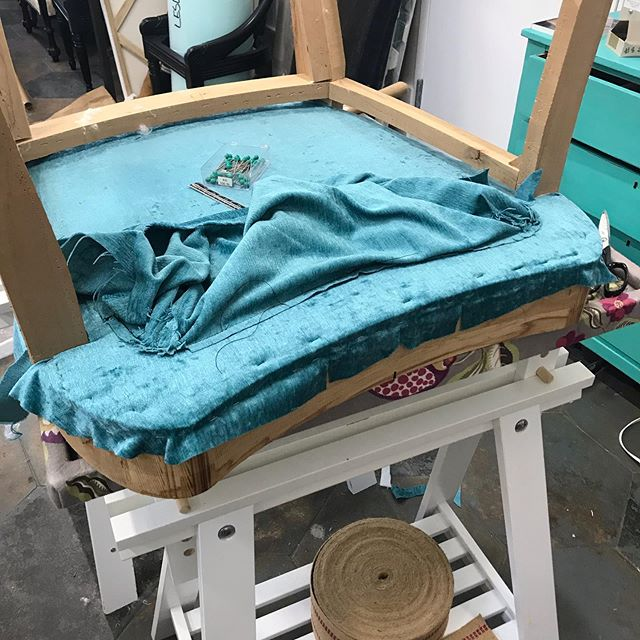 Oh, I love a flat, level deck! After the original edge roll goes back on (cuz it fit so well), the nosing goes over padding, and the loose cushion will settle in nicely! It's all about tying the springs! . . #upholstery #color #vintagechair #goodbones #ilovemycraft #handtiedsprings #pindlercorp #falloninagean #letmemakeyouachair #8wayspringtie