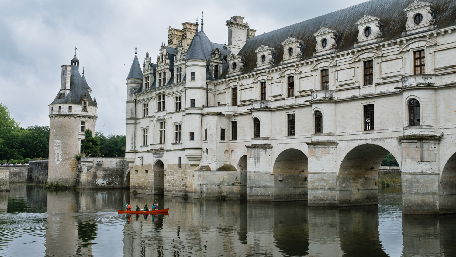 "Family in a canoe at the Château de Chenonceau, Loire Valley. Travel photography and guide by © Natasha Lequepeys for ""And Then I Met Yoko"". #loirevalley #france #travelguide #photoblog #travelblog #travelphotography #landscapephotography #architecturephotography #travelitinerary #fujifilm #valdeloire #loire #chambord #chenonceau #cheverny #chaumont #chateau #castles #discoverfrance #honeymoondestination"