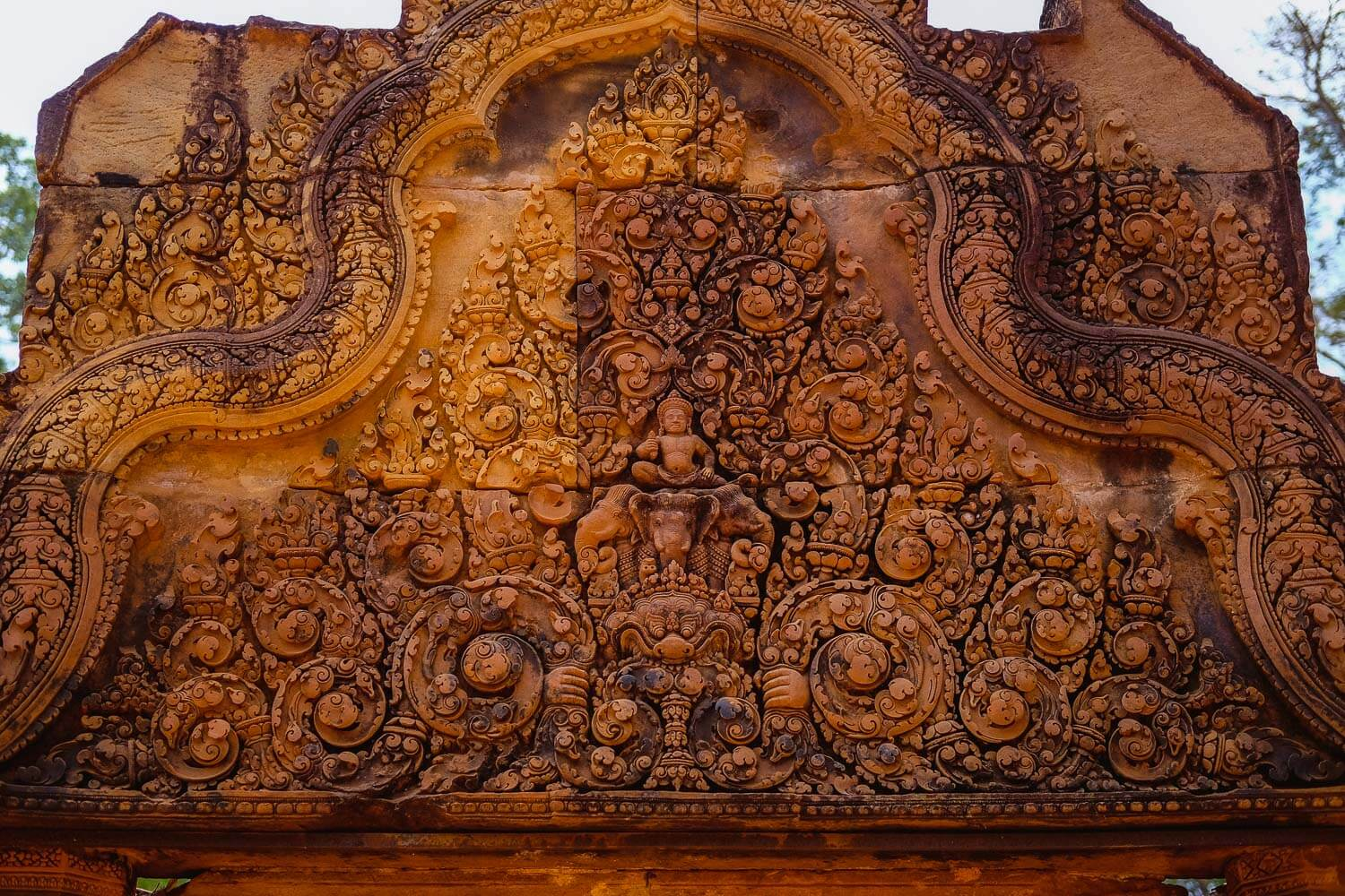 Intricate carvings at the Temple of Banteay Srei.     #siemreap #banteaysrei #travelguide #siemreapitinerary #cambodia #travelphotography #landscapephotography #fujifilm #siemreapprivatetour