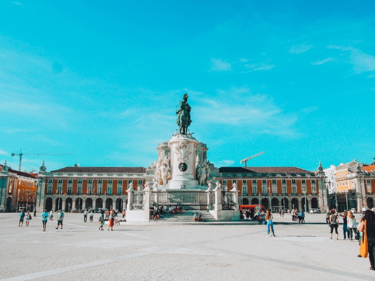 What to do in Lisbon, Portugal: Praca do Commercio! I love this place, even though many say it's mainly for tourists. I love just spending some time here, sit down and enjoy the view of the river.
