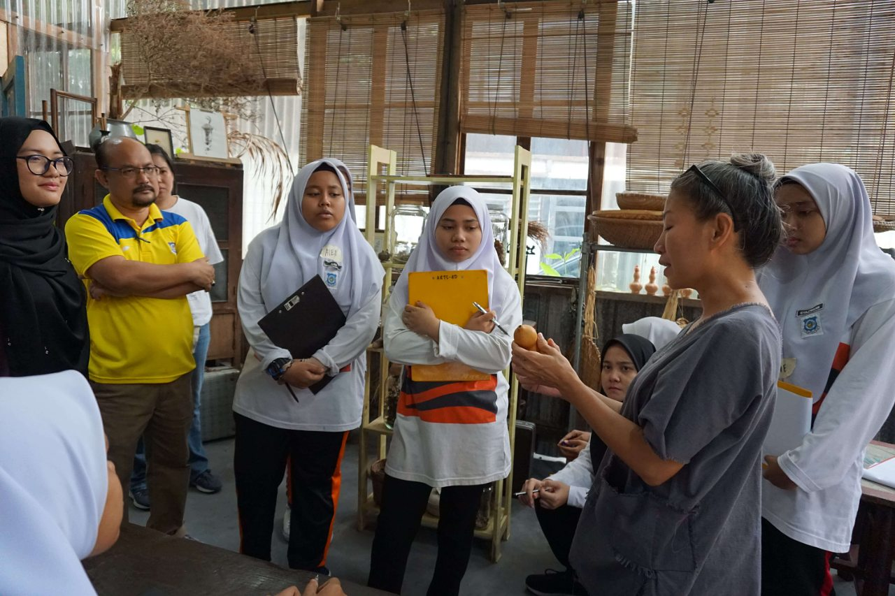 The students visited  BOOKOO , a unique space at Hin Bus Depot that collects old books and repurposes old furniture, to see for themselves how some of the 7Rs can be put into practice. The students looked around the store, sketched an item that drew their attention, and shared it with the group. They interacted with LiJynn, owner of BOOKOO, to find out more about the items they chose and how she practices sustainable consumption.