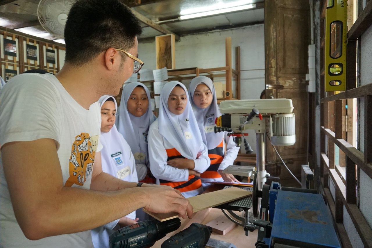 Back at Hin Bus Depot, students learned about basic woodcraft tools and techniques as well as safety guidelines at  Woodsmen Makerspace , a woodworking studio. The facilitator demonstrated how to use a sanding machine in a safe manner.