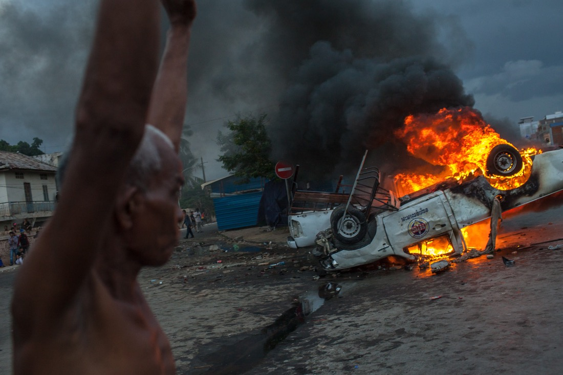 Violent clashes after the closing of the election in Cambodia