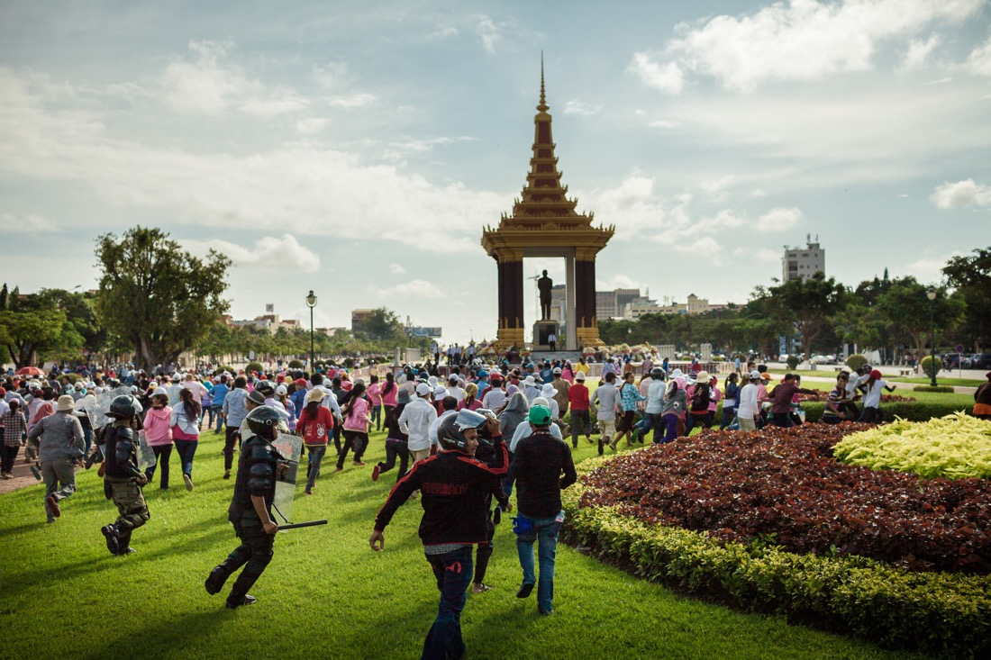 October 21, 2013 - Phnom Penh. Riot police push back about a thousand SL garment factory workers who organised a sit-in in front of Prime Minister Hun Sen's house in central Phnom Penh. © Thomas Cristofoletti / Ruom