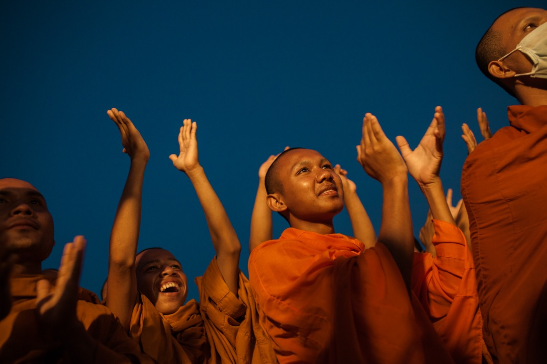 October 24, 2013 - Phnom Penh. Monks cheer CNRP party leaders, Sam Rainsy and Kem Sokha, during the second day of protest at Freedom Park. © Thomas Cristofoletti / Ruom