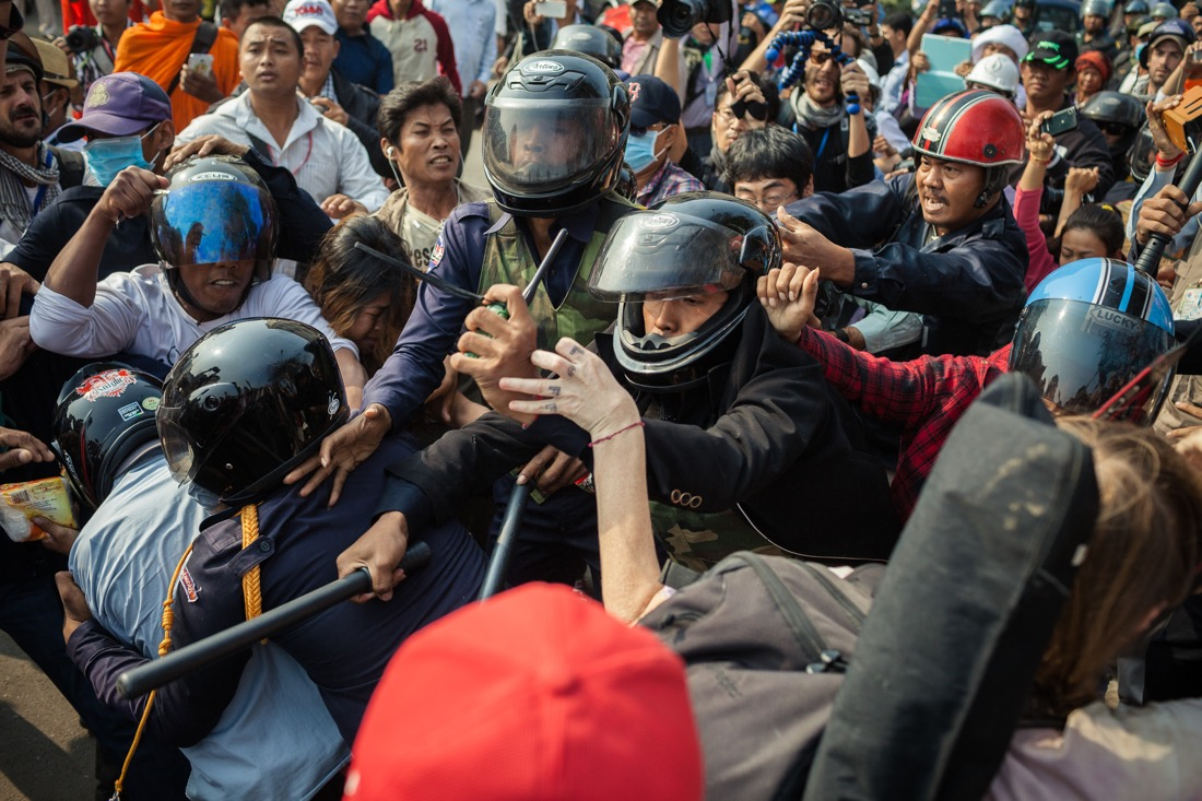 26 January, 2014 - Phnom Penh. A violent altercation between protesters and Municipality guards erupts after security forces prevented a gathering organised by 9 unions and associations in support for the victims of the clashes of 2 and 3 of January. © Thomas Cristofoletti / Ruom