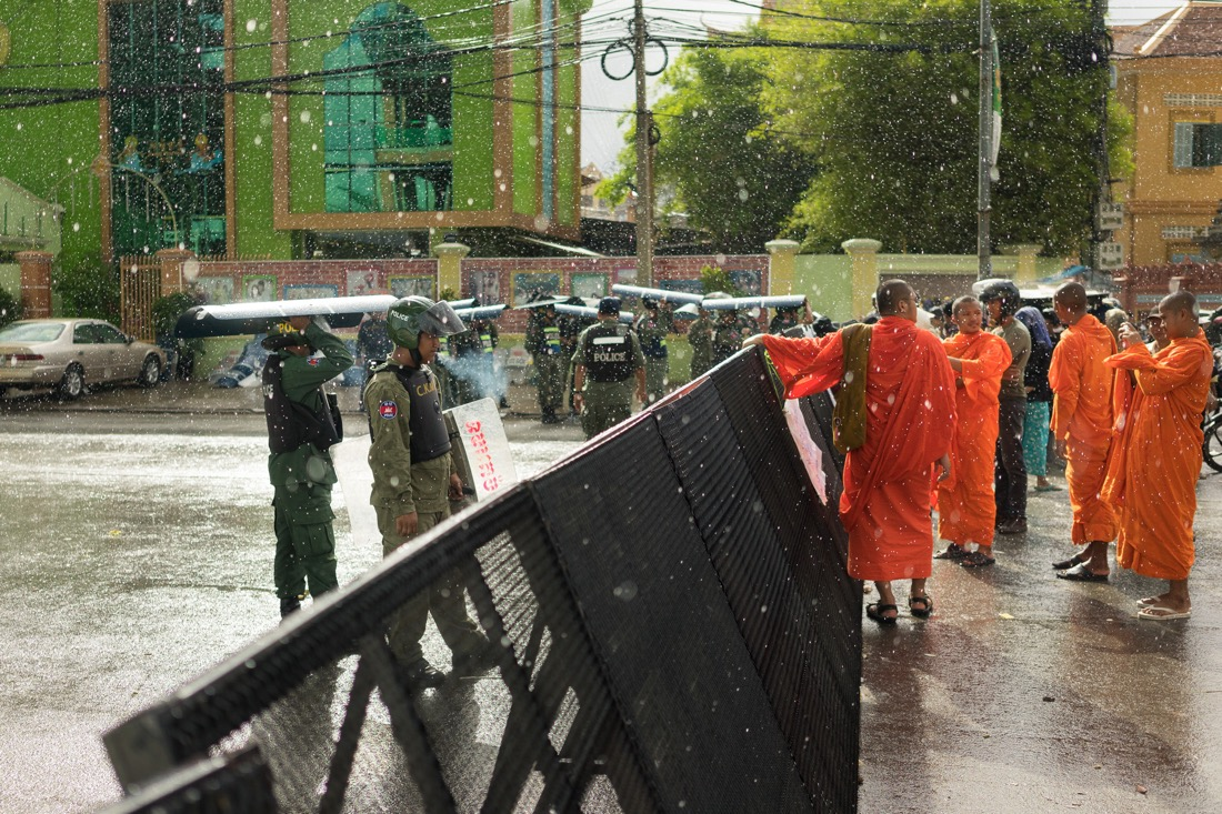 July 16, 2014, Phnom Penh. Heavy rains fall over a group of monks gathered to ask for the liberation of the opposition lawmakers arrested the day before during a clash with municipality guards. © Thomas Cristofoletti / Ruom
