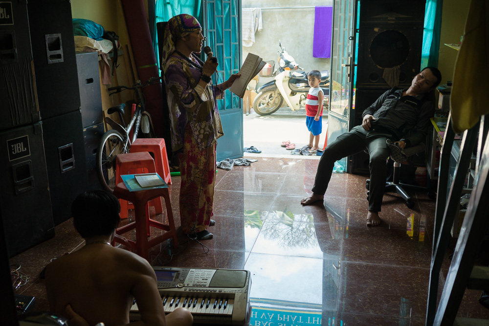"March 22, 2014 - Phnom Penh. Champa practices a song in preparation of a wedding ceremony. In addition to her work for the NGO, Champa makes a living singing, performing at weddings and birthday parties. An activity that, as she says, brings her a ""infinite joy"". © Thomas Cristofoletti / Ruom"