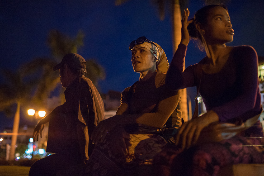 """July 13, 2014 - Phnom Penh. Champa talks with a group of sex worker along the riverside of Phnom Penh, one of the places frequented by tourists and """"sexpats"""" of the capital. At the age of 42 years, Champa works for the Women's Network for Unity, an organization that helps Cambodian sex-workers and transgender people. She spends many of her evenings talking and educating them about safe sex. © Thomas Cristofoletti / Ruom"""