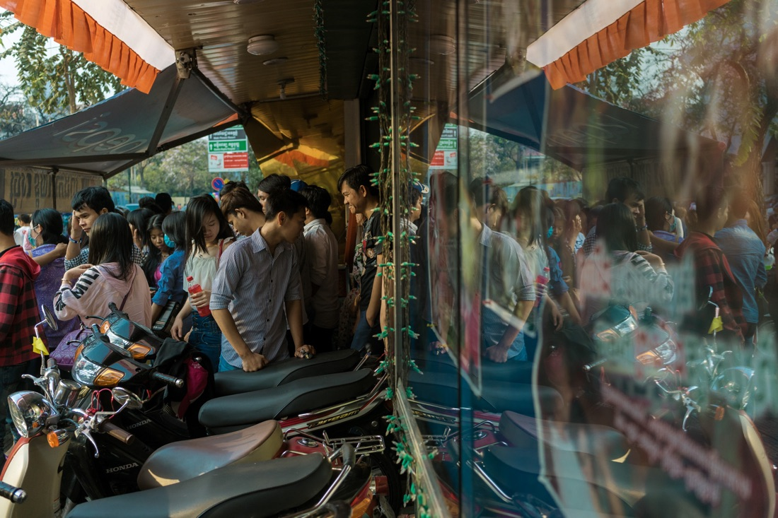 February 14, 2014 - Phnom Penh. Young people enter Lux Cinema for the afternoon screening of a khmer commedy movie. © Thomas Cristofoletti / Ruom