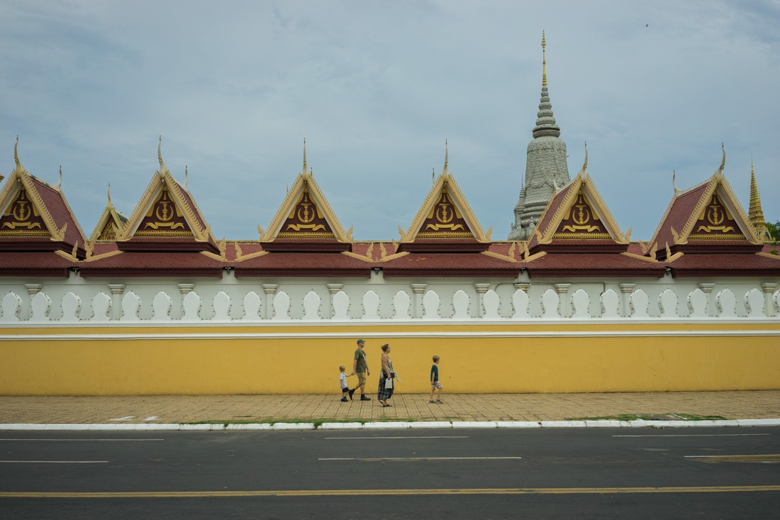 April 4, 2014 - Phnom Penh. A family of tourist walks pass by the Royal Palace. © Thomas Cristofoletti / Ruom