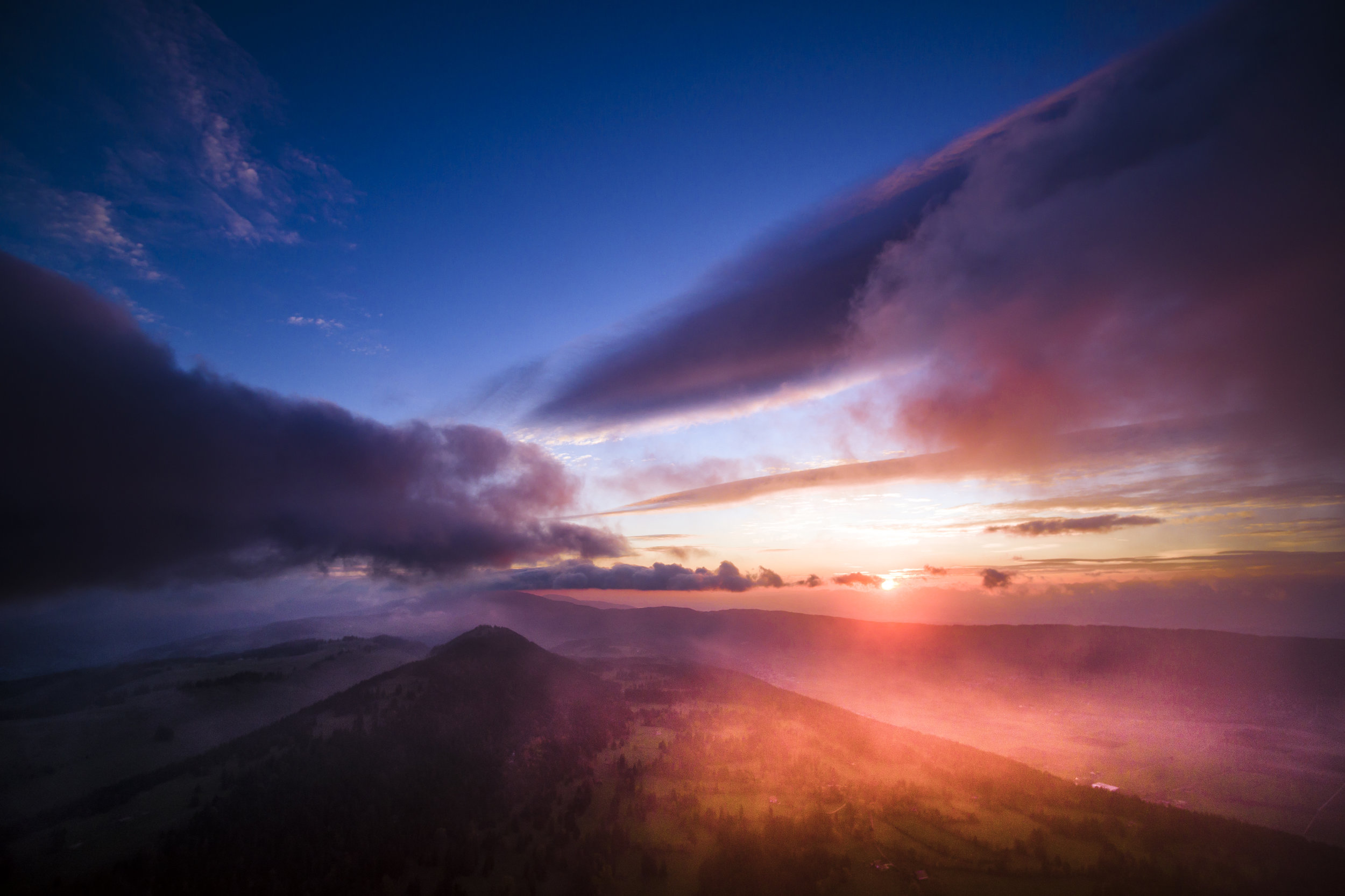 """The sunrise is pictured from the """"Vue des Alpes"""" mountain pass in Fontaines between the cities of Neuchatel and La Chaux-de-Fonds, Switzerland, Thursday, October 12, 2017. (KEYSTONE/Valentin Flauraud)"""