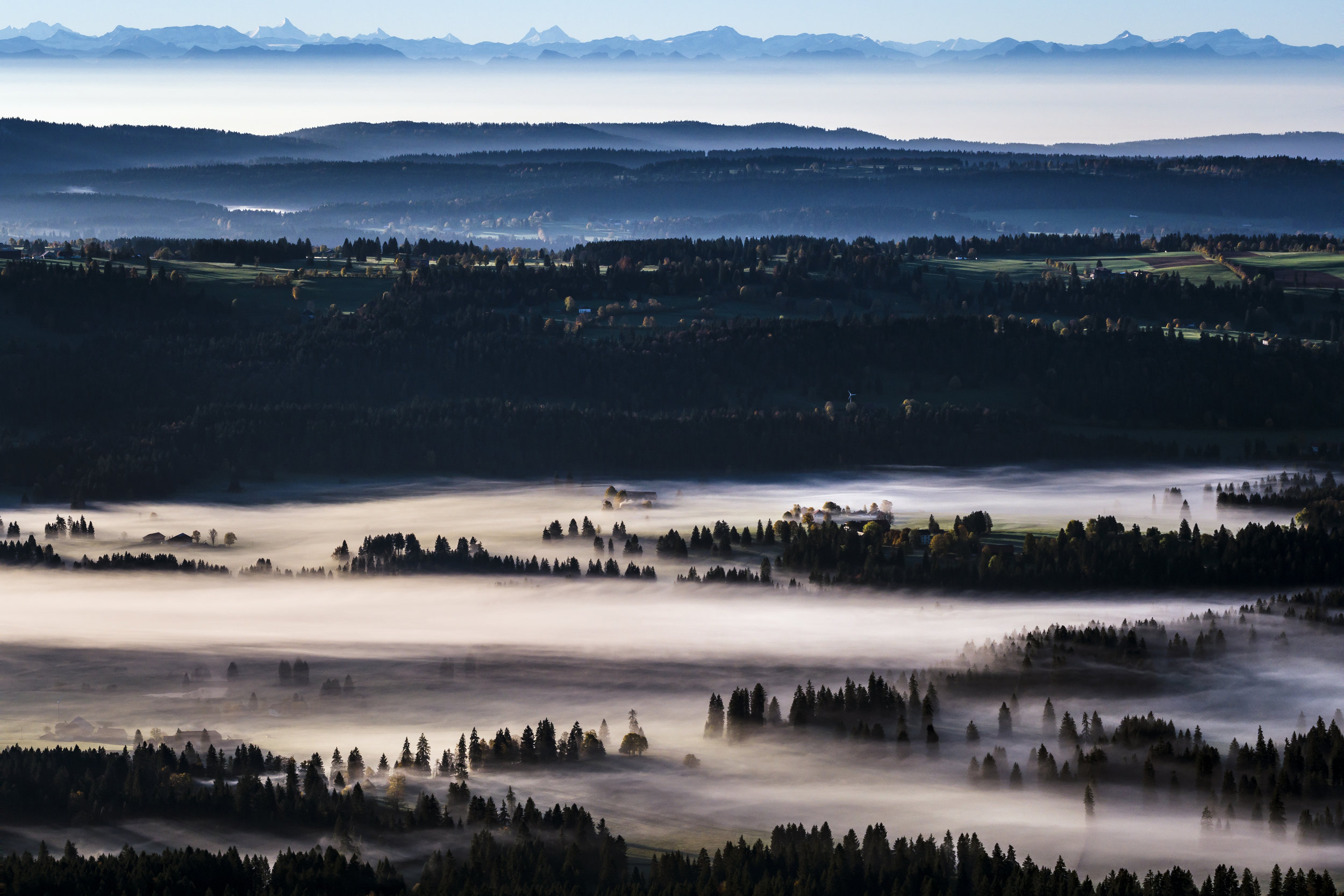 The sun shines through the morning mist in the countryside of the canton of Jura in Les Bois, Switzerland, Friday, October 13, 2017. (KEYSTONE/Valentin Flauraud)