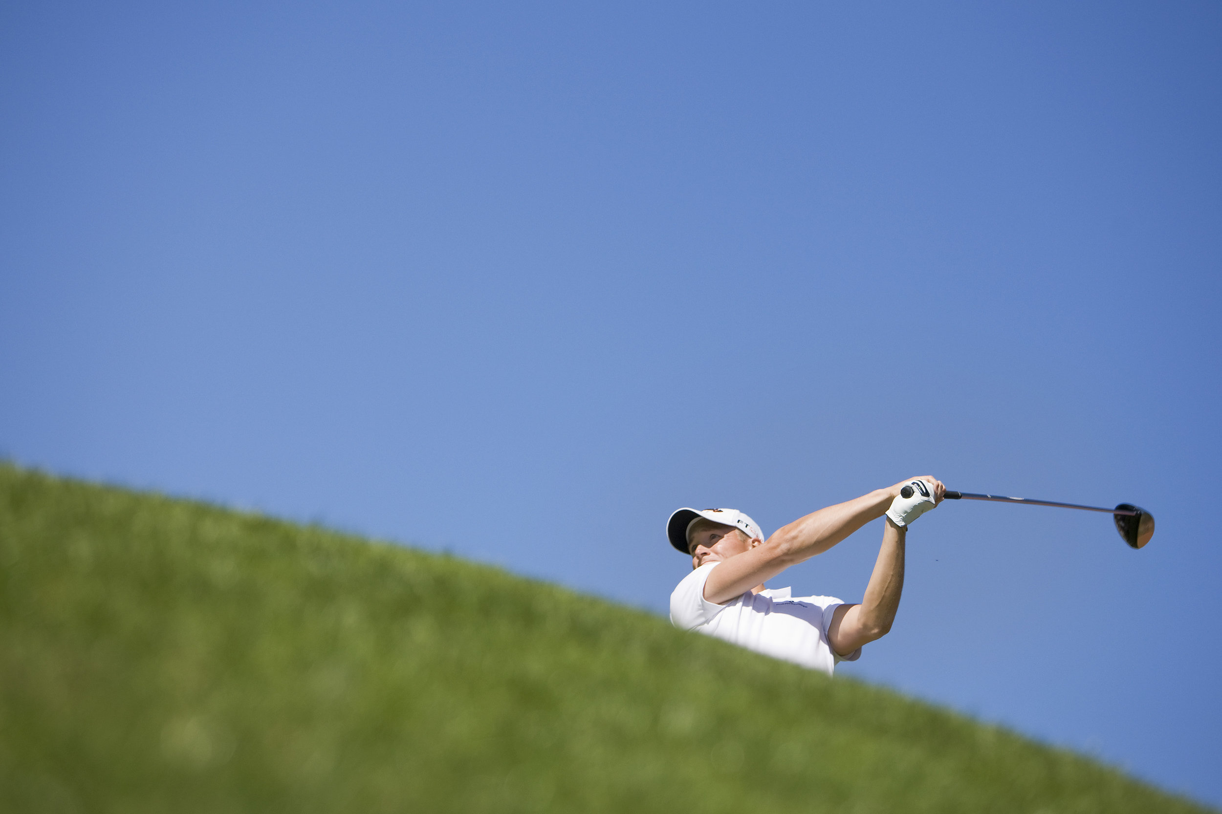 Alexander Noren of Sweden watches his tee shot on the 14th hole during the fourth and final round of the European Masters golf tournament in Crans-Montana September 6, 2009. REUTERS/Valentin Flauraud (SWITZERLAND)