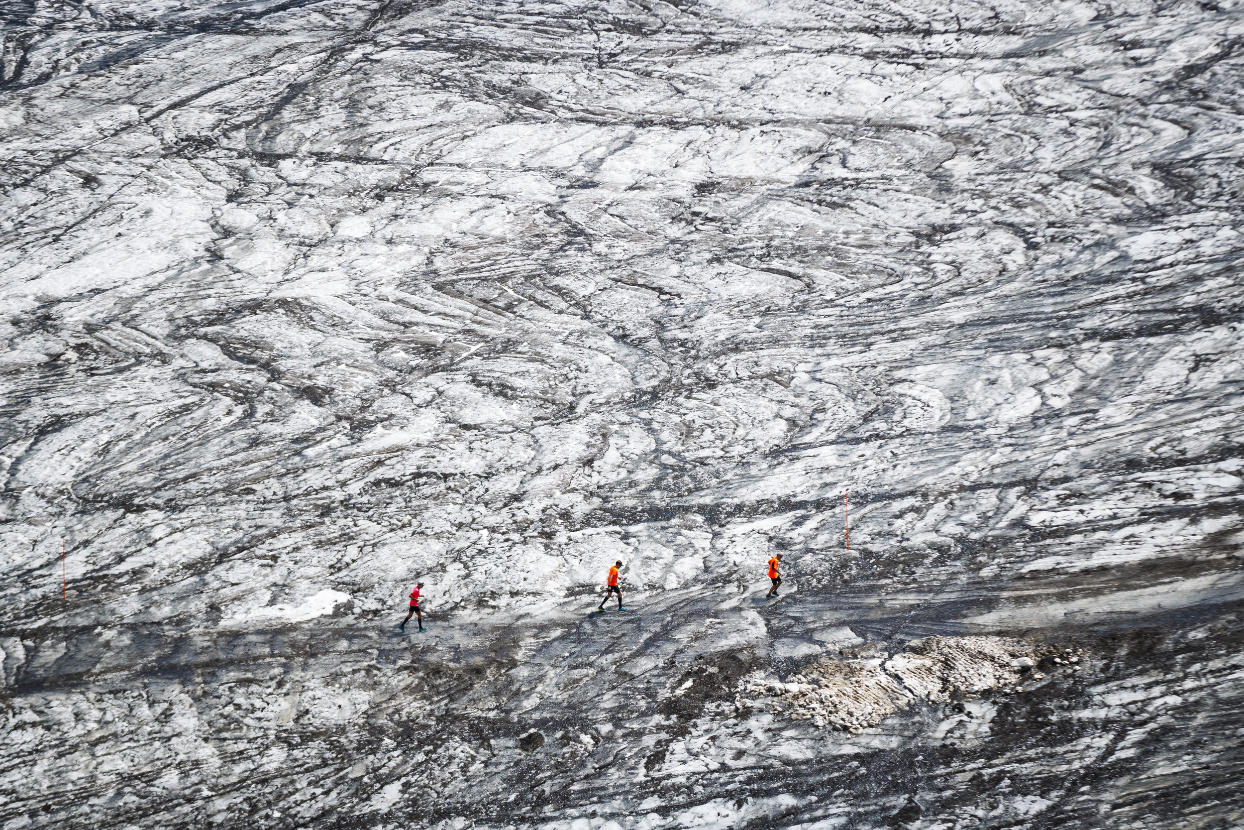 """Participants race on the Tsanfleuron glacier approaching the finish line of the Glacier 3000 run above the alpine resort of Les Diablerets, Switzerland, Saturday, August 4, 2018. The 26 kilometer-long course starts at 1050 meters above sea level in the village of Gstaad reaching a final altitude of 2950 meters on the """"Glacier 3000"""" for a total elevation gain of 2015 meters along the course. (KEYSTONE/Valentin Flauraud)"""