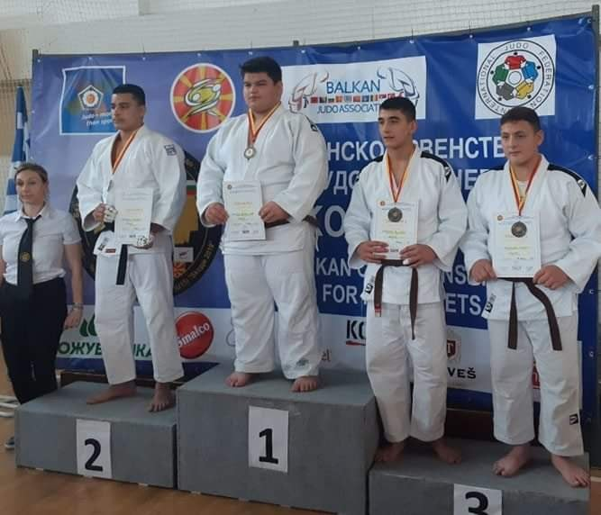 Yiannos Antoniou receiving his SILVER medal in second place.