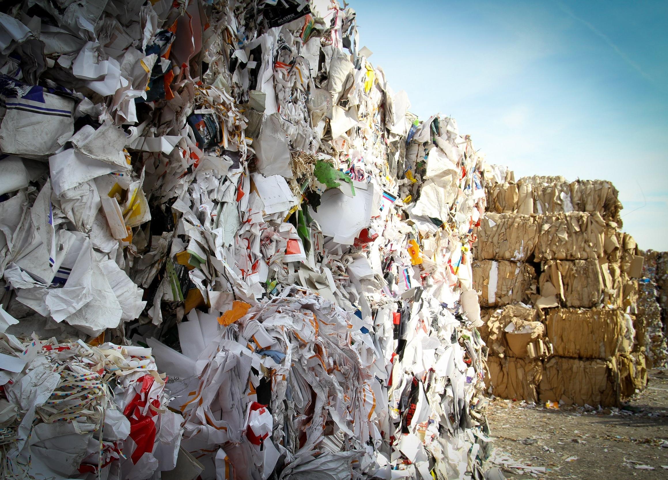 L'hégémonie du jetable - Actuellement, les marchandises alimentaires sont principalement conditionnées dans des emballages jetables, tels que des cartons, des cagettes en bois ou en plastique, et des caisses en polystyrène.Rien qu'en Île de France, cela correspond environ à 300.000 emballages jetés tous les jours.