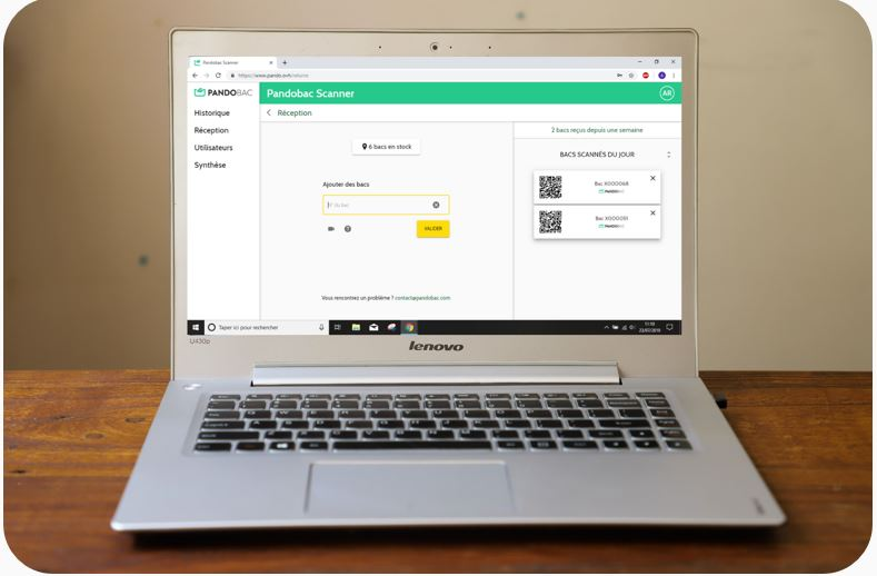 Chaque bac est équipé d'un identifiant unique qui doit être scanné à chaque livraison. Les informations sont collectées sur une plateforme web et mobile qui donne un aperçu en temps réel des stocks. Le retour des bacs peut ainsi être optimisé. -