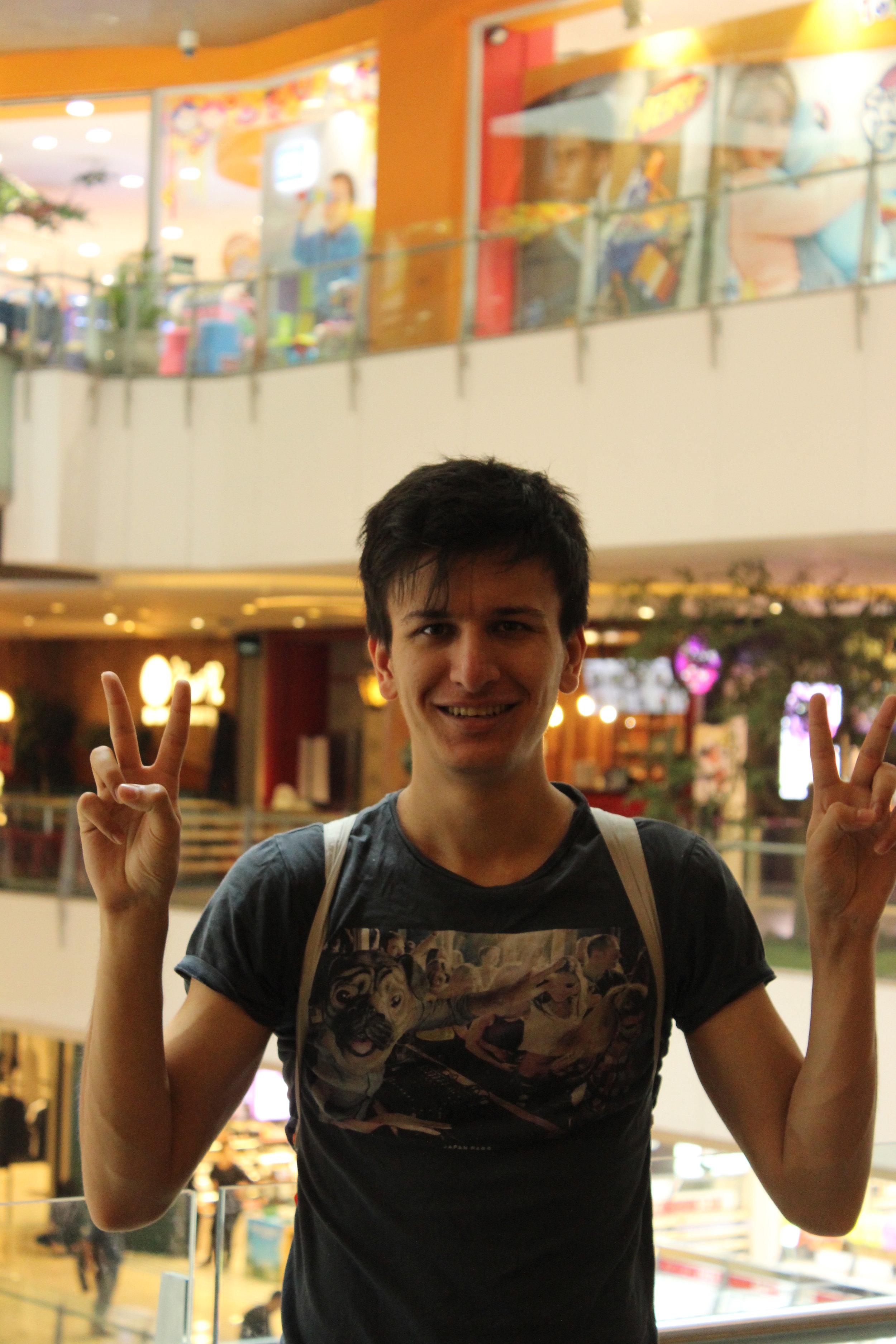 Rohan - A vrai dire, vous devez sûrement vous demandez qui est donc ce beau jeune homme. Ça c'est Rohan, notre saxophone ténor. Musicien émérite, il saura vous montrer les joies de la photographie argentique et des films bollywood. Il sait également très bien faire du hula hoop si vous lui demandez.Dessert Préféré : Lassi à la roseAnimal Totem : Sambar d'Inde