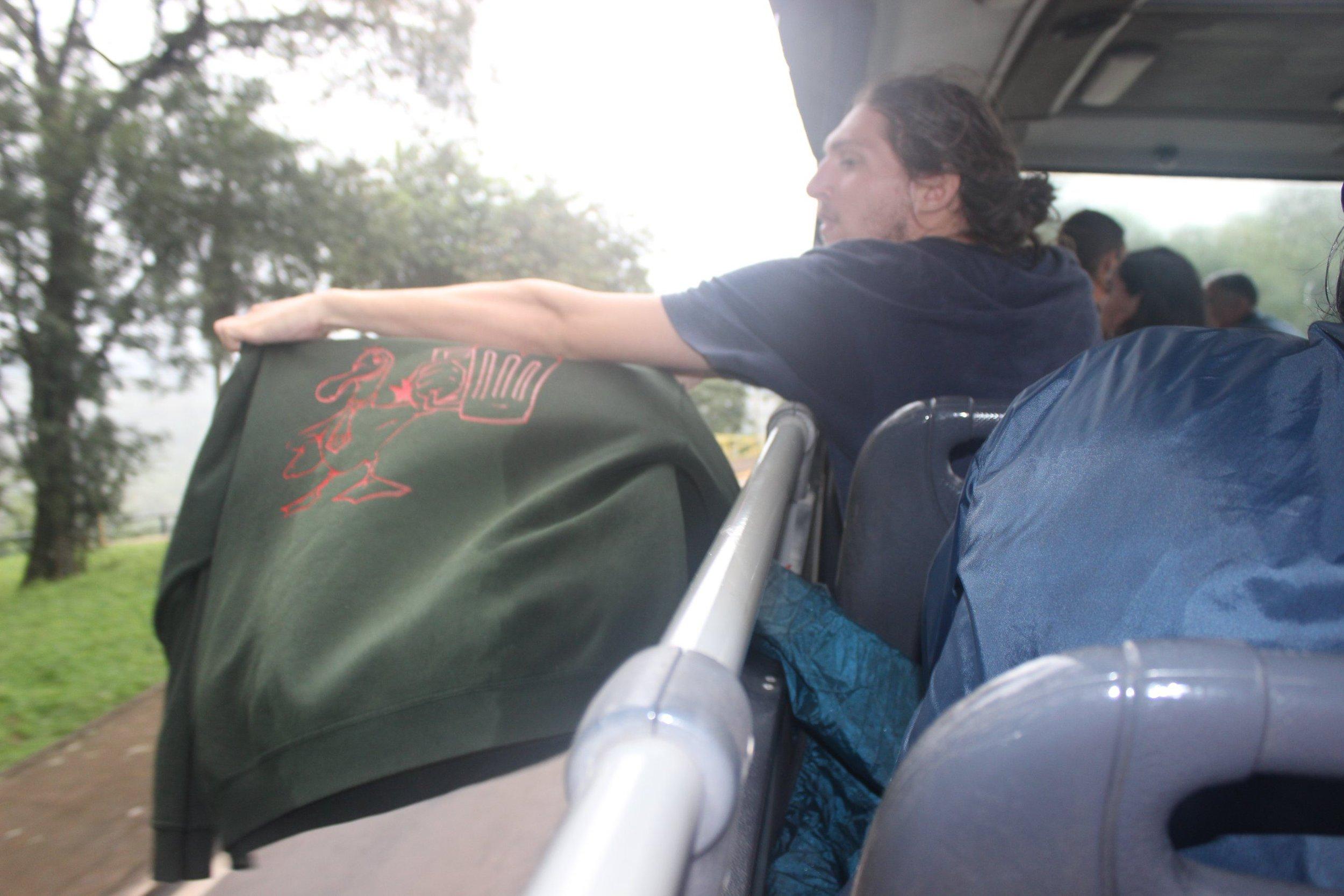 Nicolas testant son premier prototype de séchage textile révolutionnaire, à base de tauromachie avec les bus. (Mais chut, on ne vous en dira pas plus, un brevet serait en cours…)