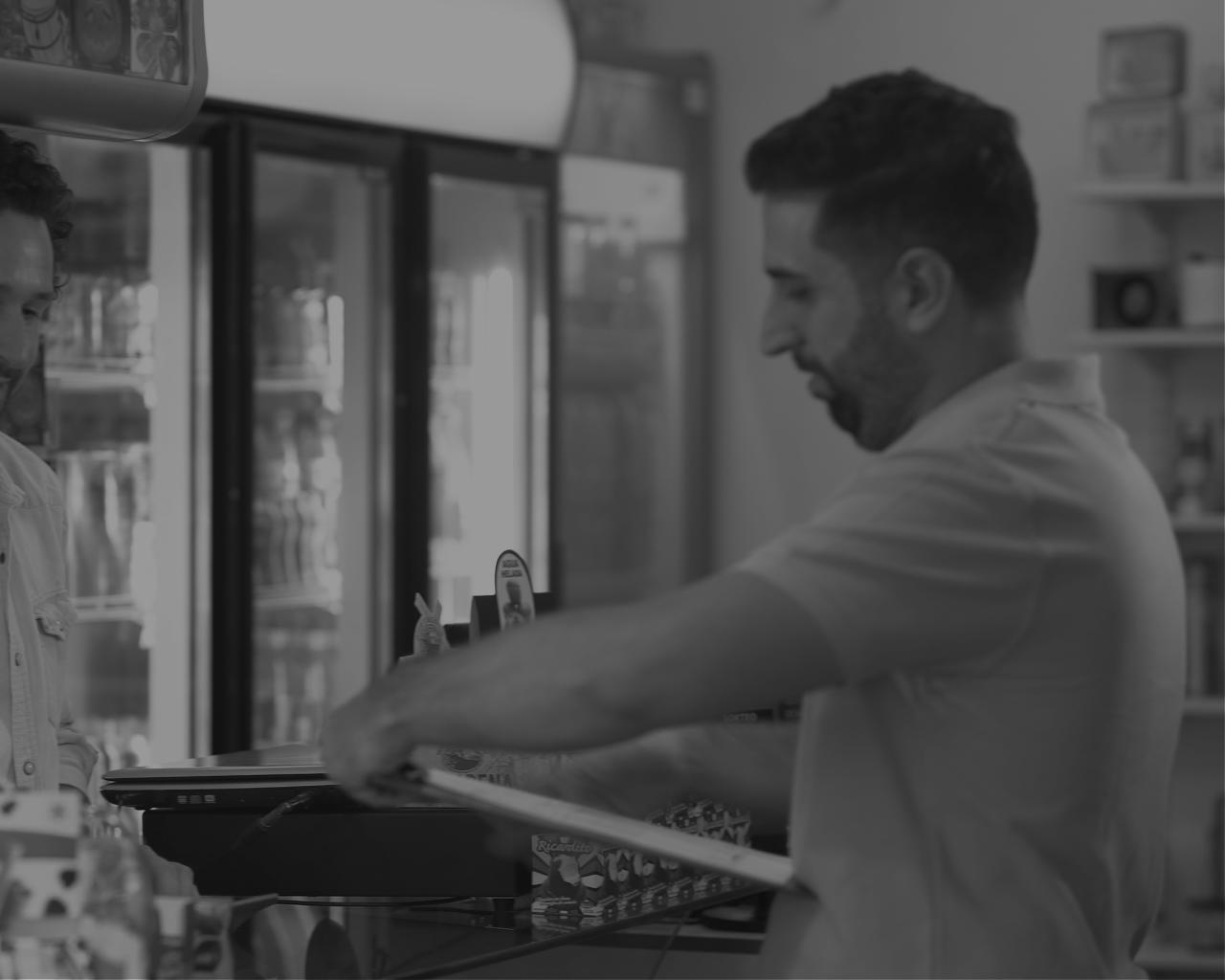 Distribuidores - Los distribuidores de mercaderías aceptan pagos digitales en su cuenta RedCloud por medio de un código QR que los comercios minoristas puedan escanear y pagar al instante. De esta forma, pueden realizar pagos directos desde su cuenta a sus empleados, proveedores o pagar sus facturas.