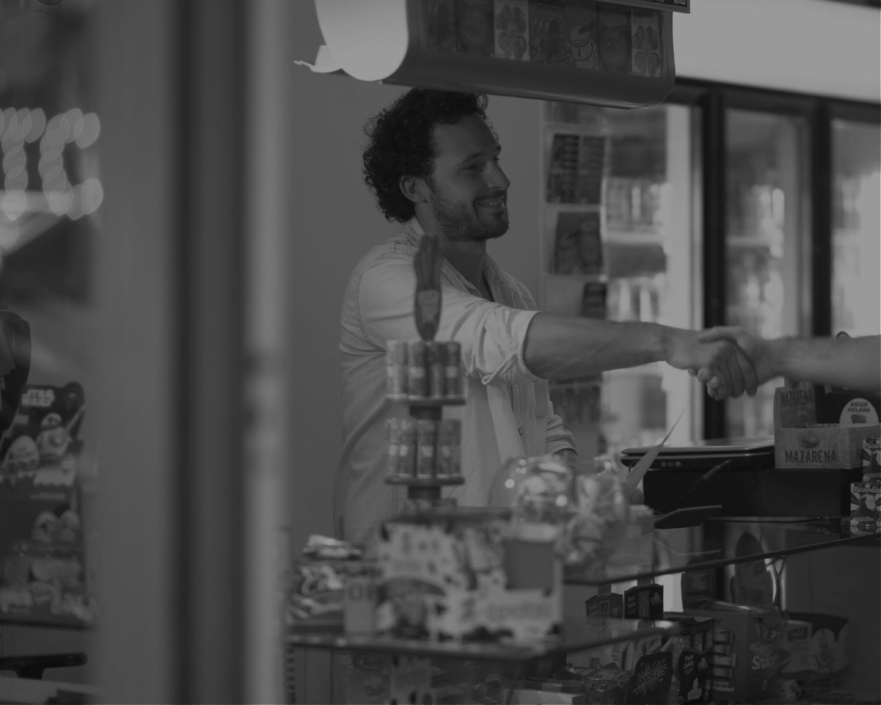 Comercios - Los comercios pueden depositar efectivo en cualquiera de los canales habilitados de la red de agentes RedCloud y realizar diferentes pagos desde su cuenta digital: pagos a proveedores, empleados y aceptar pagos de sus clientes en el comercio y online (transacciones de e-commerce). Los comercios también pueden convertirse en Agentes RedCloud y generar mayores ingresos.