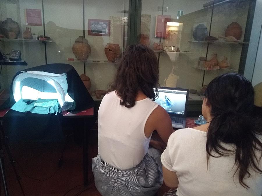 Alcuni stidenti del corso Makars Summer School impegnati nella scansione 3D dell'ascia in ferro.