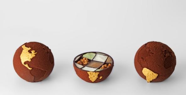 La food designer Marijn Roovers dice che non avrebbe potuto realizzare i suoi globi di cioccolato senza questa tecnologia, dopo aver creato queste praline con una stampante 3D per l' estrusione di cioccolato. https://www.nature.com/