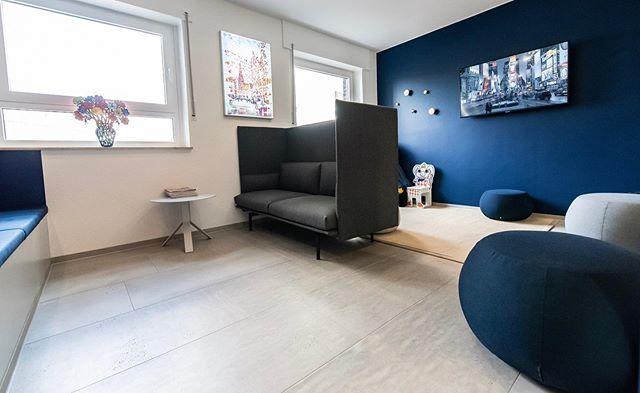 @donnerblitz_design haben uns dabei geholfen, unsere Vision von einem schlichten und modernen Wartezimmer zu verwirklichen #dentist #wartezimmer #münster #renovation #design #donnerblitzdesign