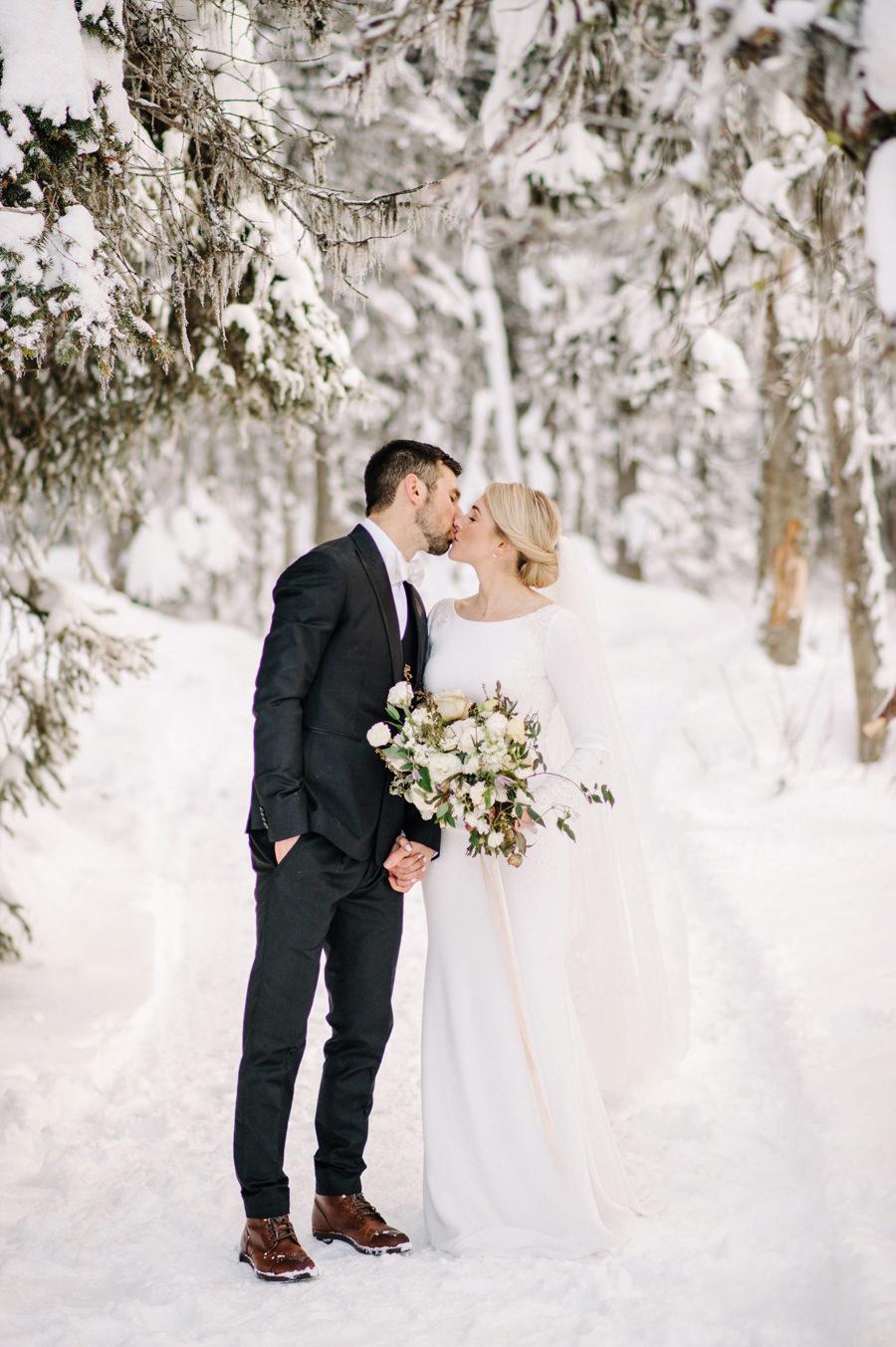 winter_wedding_fairmont_chateau_lake_louise_024.jpg
