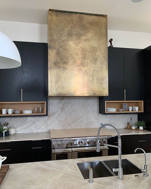 Love the way this one turned out. The picture doesn't do any justice but man 😍 Hope you guys enjoy @monicaplyer #kitchenhoodsbyhandmade  #livebuilddie . . . . . . #interiordesign #interiors #kitchen #kitchenhood #brasshood #brass #kitchensofinstagram #industrialdesign #modernindustrial #home #family #love #savethetrades