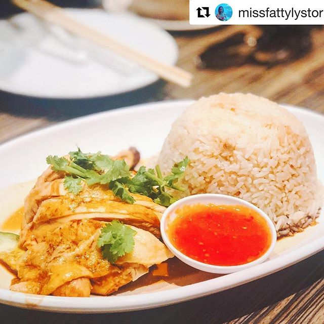 Chicken Rice 😋 #Repost @missfattylystoris ・・・・・・ · 🍚Hainanese Chicken Rice 💰£8.50 📍马来一哥, Chinatown, London 海南鸡饭 Poached chicken with fragrant rice, served with chilli sauce & cucumber. A traditional dish in southeast Asia.