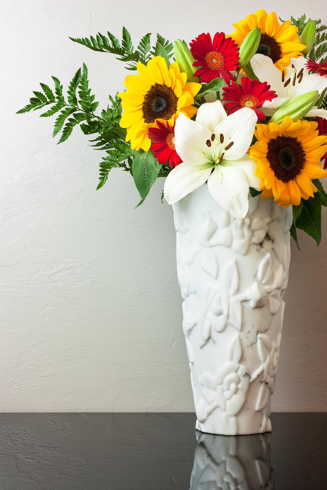 vaso scolpito bianco carrara.jpg