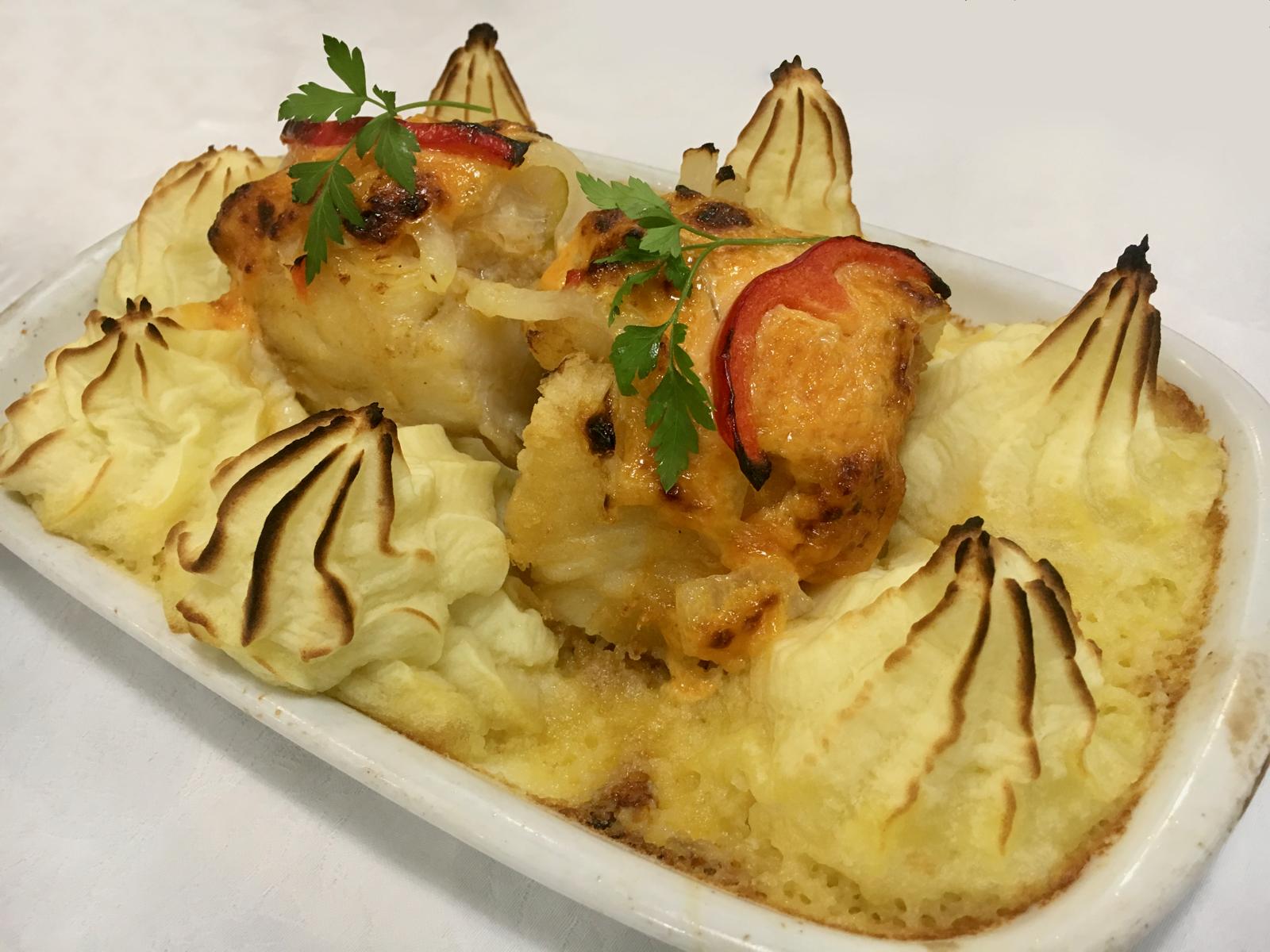 BACALHAU À BRASÃO - O prato que deu fama ao cozinheiro António Carvalho.De extrema qualidade e com cura de vários meses, o bacalhau é acompanhado de puré de batata, gratinado e sob cama de cebolada.