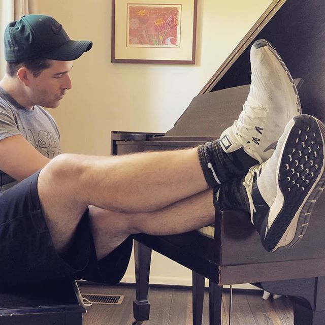 passover ✔️ easter ✔️ kids back in school (finally) ✔️ back to me ✔️ #legday #mondaysbelike #alonetime #songwriting #singersongwriter #pianotime #legsday #legsfordays #officeselfie #byekids #currentmood #werkwerkwerk
