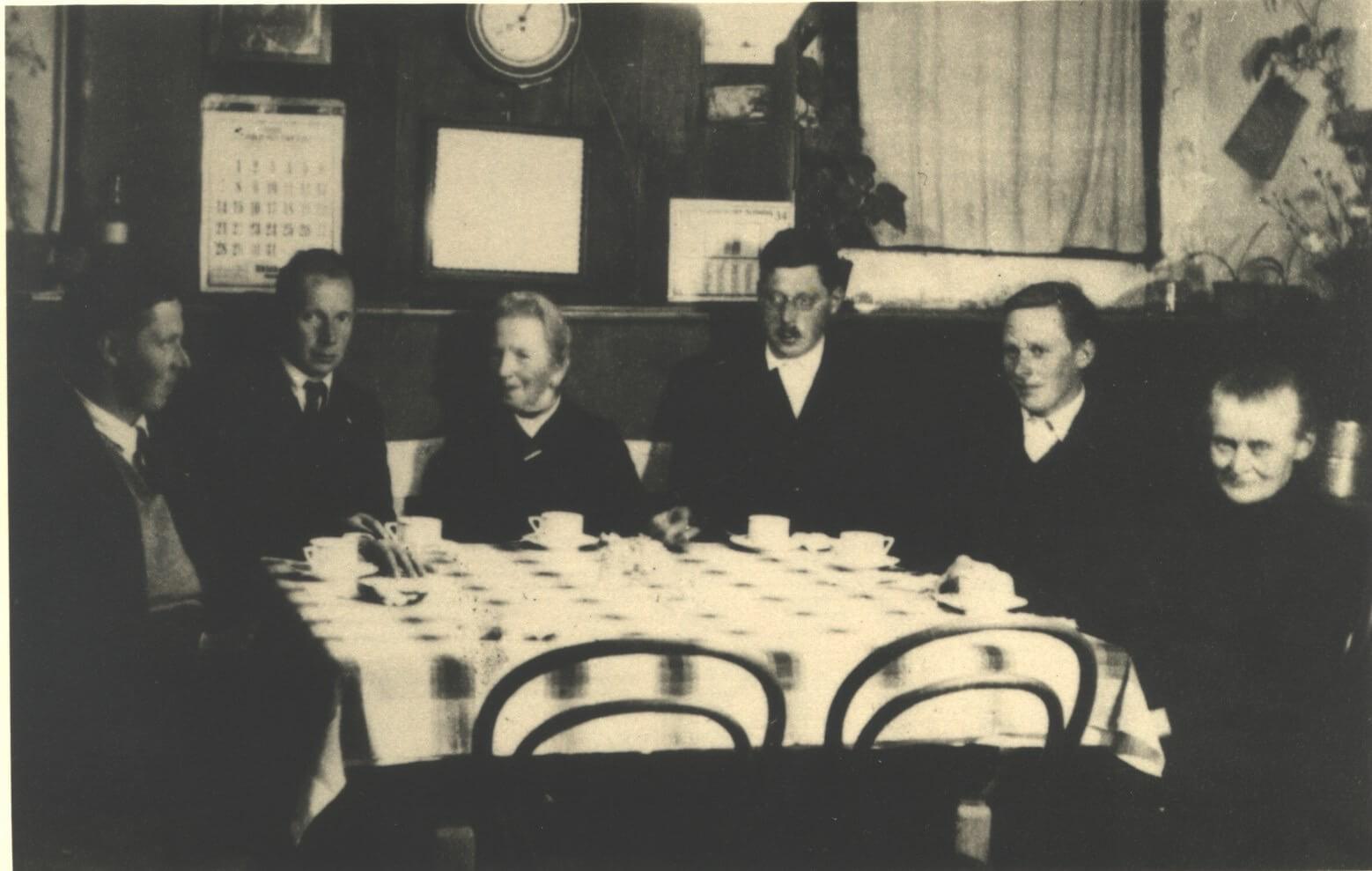 Familienfoto vom Postmayr aus dem Jahre 1934 von rechts Mutter Mayr, Heinrich, Karl, Ernst und Franz