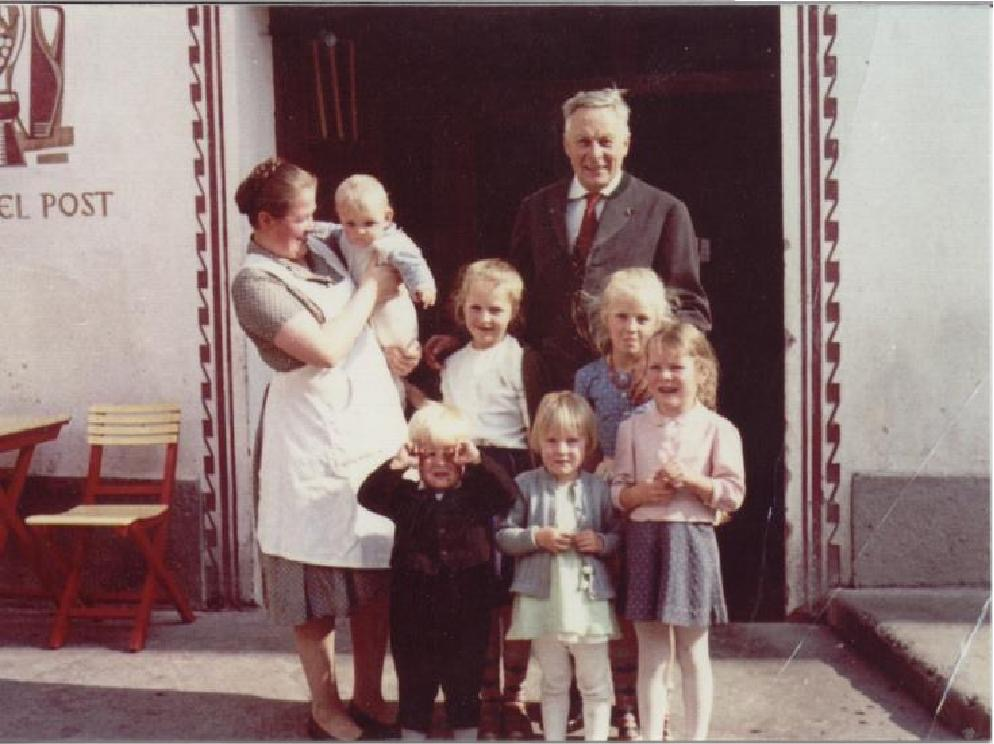 Familienfoto vor dem Eingang des Hotel Post