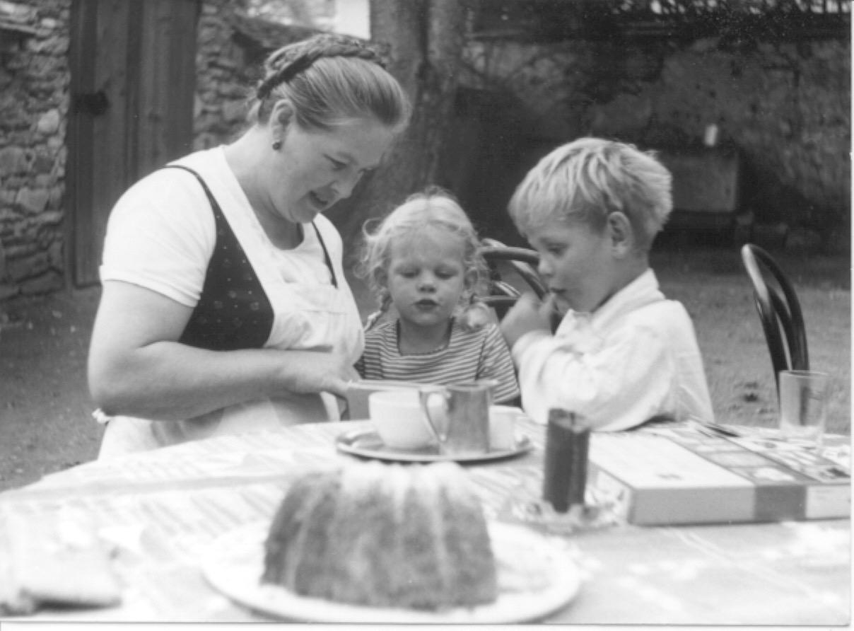 Mutter Mayr mit Theresia, Peter und Guglhupf