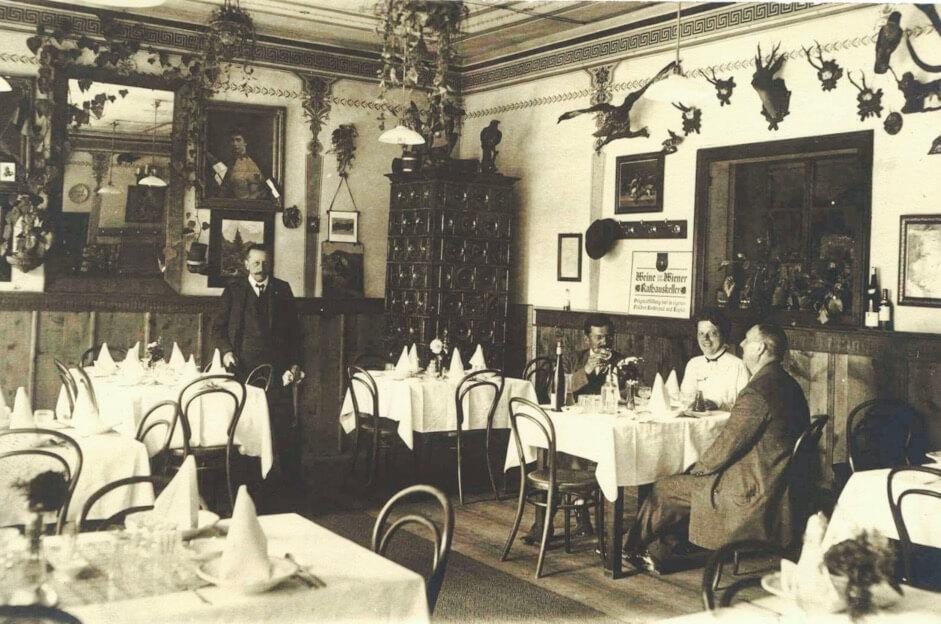 Speisesaal im Hotel Post mit Vater Ernst Mayr unter Bild von Kaiserin Sisi (Jahrhundertwende)
