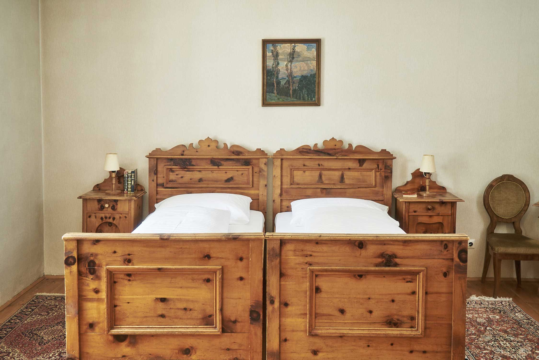 Doppelzimmer mit alten Moebeln